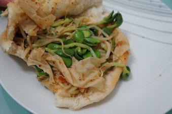 Und hier die gleichen Fladenbrötchen gefüllt mit Gemüse und Tofu-Haut, wie man hier sagt. Sehr lecker!