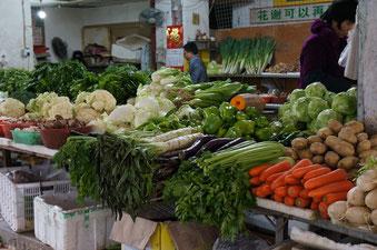 Ein ganz alltäglicher Gemüsemarkt im Zentrum der Stadt. Es sieht wirklich so schön aus, wie auf dem Bild zu sehen ist.