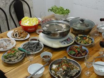 Das Festessen zum Frühlingsfest. 2011 war ich bei einer sehr armen Familie eingeladen. Die Speisen auf dem Foto waren nur der Anfang. Es kamen noch ein halbes Dutzend Gerichte dazu.