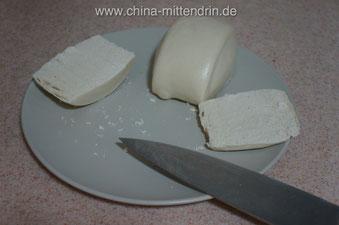 Vor dem Toasten schneiden Sie den Mantou längs in 3 gleich dicke Scheiben.