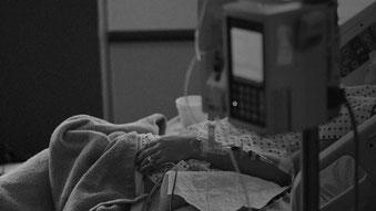 ベッドに横たわる患者