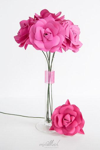 rosa-papel-jarrón-ramo