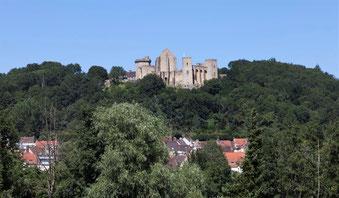 Le château de la Madeleine vu depuis la Vallée de Chevreuse.