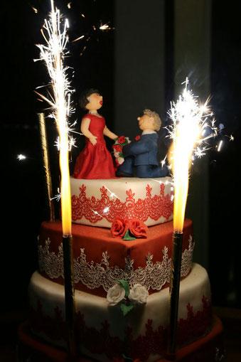 Mehrstöckige Torte mit essbarer Spitze, Rosen, Feuerwerk und indivuellen Tortentopper Brautpaar