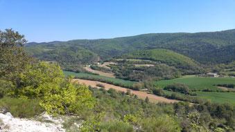 Vue du chemin de randonnée entre Montfuron et Montjustin