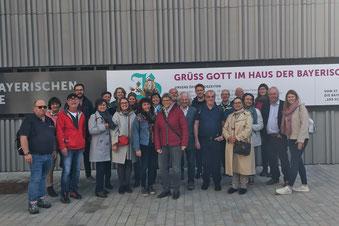 Foto: Neumarkter Gästeführerverein vor dem neuen Museum der Bayrischen Geschichte in Regensburg (Fotonachweis: Katrin Tischner)