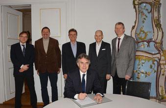 Regierungspräsident Axel Bartelt unterzeichnet die neue Inklusionsvereinbarung. Foto: Regierung der Oberpfalz/Stühlinger