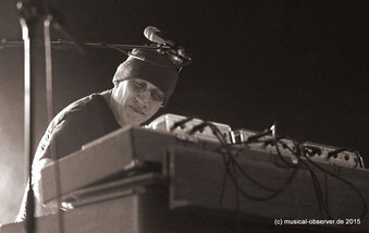 Andy Lewis kam als Keyboarder in die Band, spielte heute aber auch Gitarre.