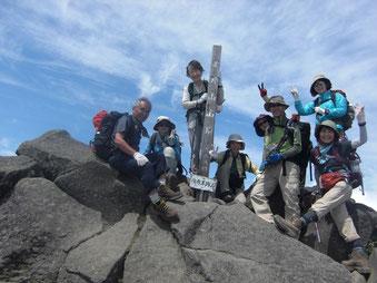 メンバー、羊蹄山山頂に立つ
