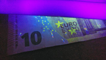 Fluorescence d'un billet de banque