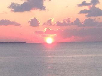 水納島と夕日