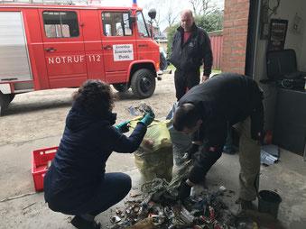 Nach dem Sammeln ist vor dem Sortieren: Bärbel Reimer und Torsten Bechump sortieren den Plastikmüll heraus. Foto: Kristoph-Felix Piepke