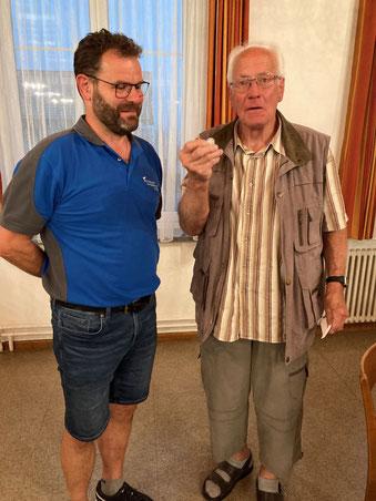 Rolf Brogle wird für 65 Jahre aktive Mitgliedschaft, mit der Ehrenmedaille des FSB, geehrt.