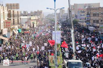 """Eine der größten Demonstrationen Jemens am 27. Januar 2011 in Sanaa, bei der über 16.000 Menschen ihre Wut über die Politik Salehs zum Ausdruck brachten. Der Tag wurde als """"Tag des Zorns"""" bezeichnet."""