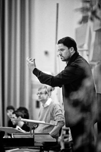 Fabian Enders, Dirigent des Sächsischen Kammerchores, probt mit dem Rundfunkchor Berlin