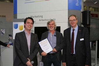 Klaus Schudt (Mitte) wird geehrt