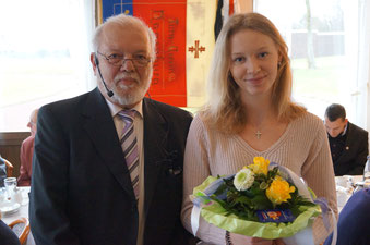 Wolfgang Linke zeichnet Vicky Wiehe als Sportlerin des Jahres für ihr großes Engagement als Kinder- und Jugendtrainerin im Turnen sowie in der Leichtathletik aus.
