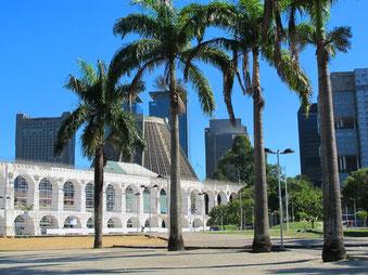 der zweistöckige Viadukt vor der Rio-Skyline