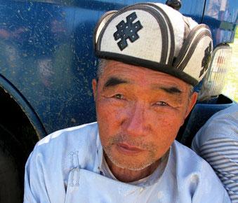 ein Mongole mit typischen mongolischen Filzkappe