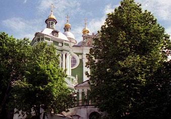 die grüne, vieltürmige Uspenski-Kathedrale