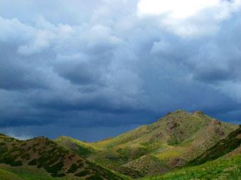 noch mitten in den Bergen begann es zu regnen