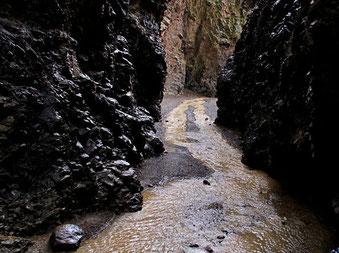 schmale Canyons füllten sich zu reissenden Bergbächen