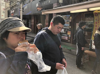 恵美さんが横浜駅前名物「くりこ庵」のたい焼き(冷たいいちごクリーム味!)をほおばっています。美味しい!