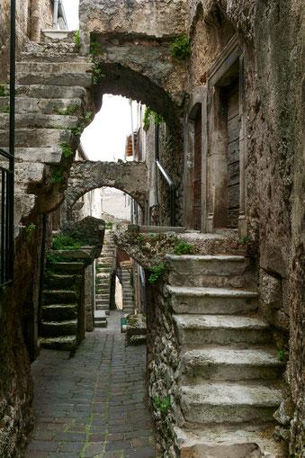 Castelvecchio Calvisio, L'Aquila