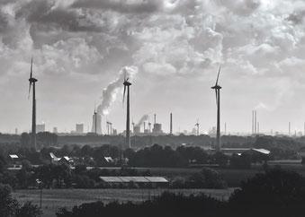 graue Industriestadt mit qualmenden Schloten