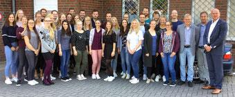 Karel Groen (rechts) hieß die neuen Lehrkräfte in Ostfriesland willkommen. Foto: Watson