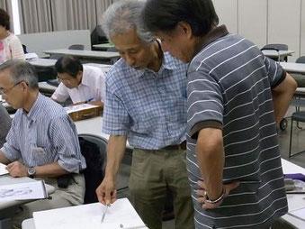 生徒の指導にあたる近藤先生