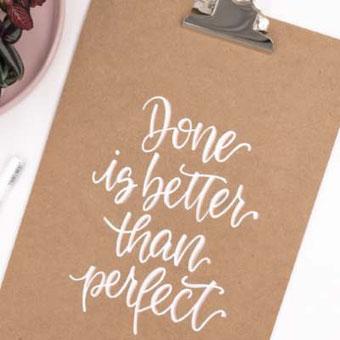 Lettering DIY Anleitung: so einfach kannst du dein Klemmbrett mit einem Spruch nach Wahl belettern
