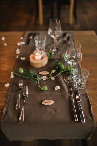 Hochzeit Tisch Dekoration mit Handlettering - Tischkärtchen für die Braut (Foto von Rebecca Krebs Photography)