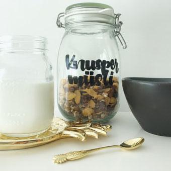 DIY Projekt mit Handlettering: Verschenke selbstgemachtes Knuspermüsli in einem Glas und verziere es mit Handlettering