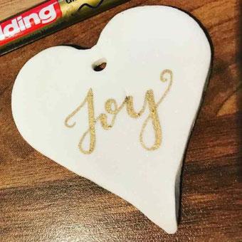 DIY Anleitung für Fake Porzellan - gestalte individuelle Geschenkanhänger oder Tischkarten mit Fake Porzellan und belettere sie