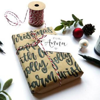 Geschenke hübsch verpacken ist mit Handlettering ganz einfach! Lerne in dieser Anleitung wie du das machst