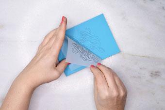 So überträgst du dein eigenes Lettering auf einen Linolblock um damit einen Stempel zu schnitzen