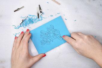 So schneidest du dein eigenes Lettering auf einer Linolplatte aus und gestaltest einen eigenen Stempel