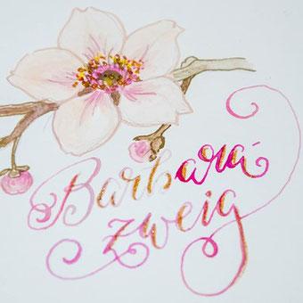 Handlettering funktioniert auch mit einer (Kalligraphie) Feder und Wasserfarbe. Wie - das erfährst du in dieser Anleitung.