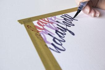 Gestaltung eines Geschenksets mit Handlettering - locker die Wörter auf ein Papier schreiben