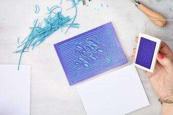 Mit Stempelfarbe deinen Linolschnitt einfärben - dein eigenes Lettering als Stempel
