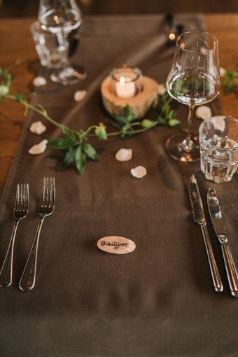 Hochzeit Tisch Dekoration mit Handlettering - Tischkärtchen für den Bräutigam (Foto von Rebecca Krebs Photography)