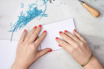 Papier auf den Stempel legen - so kannst du dein eigenes Lettering mit Linolschnitt in einen Stempel verwandeln