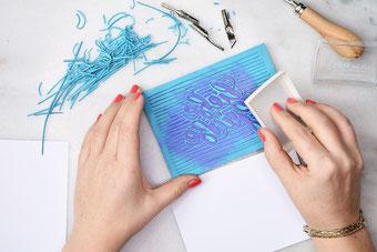 Dein eigenes Lettering Liebe Grüsse als Stempel gestalten - und mit Stempelfarbe einfärben (eine einfache Anleitung)