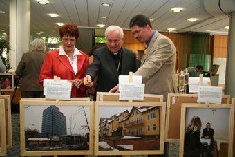 Eröffnung der Ausstellung der Fotoreportage in Wunstorf, mit Margret Engelking (DKG), Bischof Dr. Franjo Komarica und dem Journalisten Winfried Gburek.