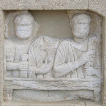 Einige Römergrabsteine wurde im Wechselland gefunden; dieser wurde in die Mauer der Kirche von Dechantskirchen integriert.