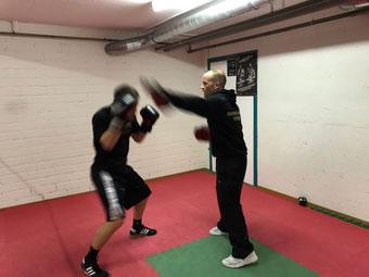 Marco Spath mit Simon Mühlematter, Pratzenarbeit Amateurboxen AOB, Februar 2017 @ M's-Gym Bern Ittigen