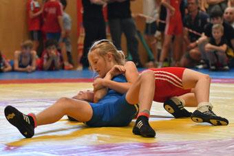Anna Zimmermann (Blau) beim Schultersieg zum Titel