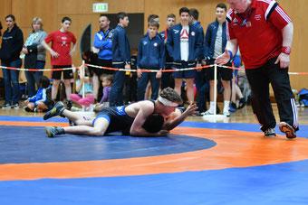 Martin Ennemoser (Blau) siegt im Kampf um Bronze