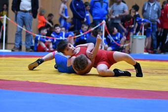 Fabio Marx (Rot) schultert seinen Gegner auf den Weg ins Finale